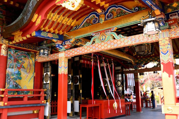 繊細かつ大胆な色使いの煌びやかな御本殿は、じっくりと眺めていたくなるほどの美しさ。