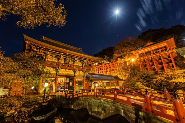 祐徳稲荷神社は夜もお参りすることができます。ライトアップというほどの華やかな光はありませんが、より幻想的な雰囲気が味わえますよ。
