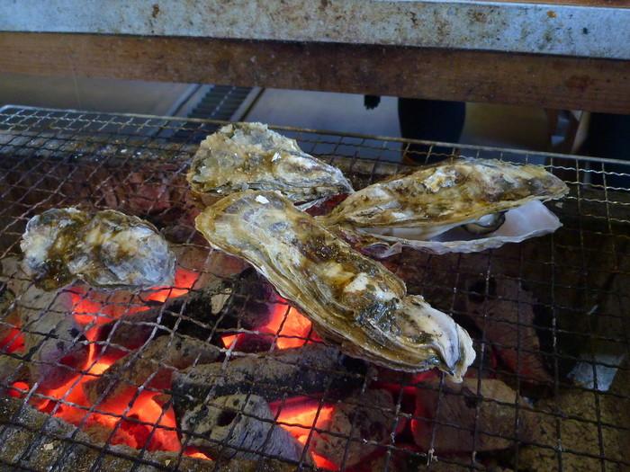 テーブルにある炭火で、購入した海産物をさっそく焼いていきましょう!自分で焼いて楽しめるのがここの醍醐味。ジュージュー、パチッとその焼ける音だけで、お腹ペコペコに。