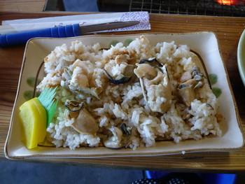 サイドメニューが充実していて、こちらは「かき飯」です。牡蠣の旨味がごはんに染み込んだ優しい味わいで大人気!たっぷり牡蠣が入っているのでお得感も◎