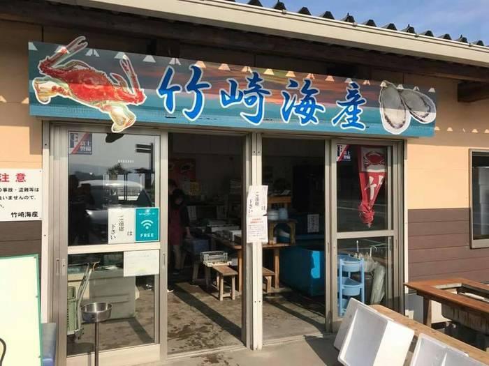 太良町には、海産物を炭火で焼いて食べる浜焼きのお店がいくつかありますが、中でも人気なのが「竹崎海産」。漁師直営のお店で、竹崎牡蠣の養殖もしているため、新鮮で美味しい海鮮を一年中楽しめます。お店はすぐ海のそばにあるので、窓から有明海を眺めつつ、海鮮が味わえるのも魅力です。