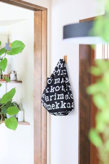 エコバッグやトートバッグなど、バッグを使ったざっくり収納は、簡単なうえ、見た目もおしゃれでオススメです。お気に入りのデザインのものを使って、収納スペースへとアレンジしてみましょう。