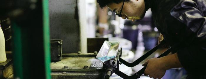 ロール捺染とは、染色したい場所に糊を混ぜた染料を金型で捺し染める技法のこと。肌触りの良い染料を使いながら、他には類を見ない美しい手ぬぐいが日々生み出されています。