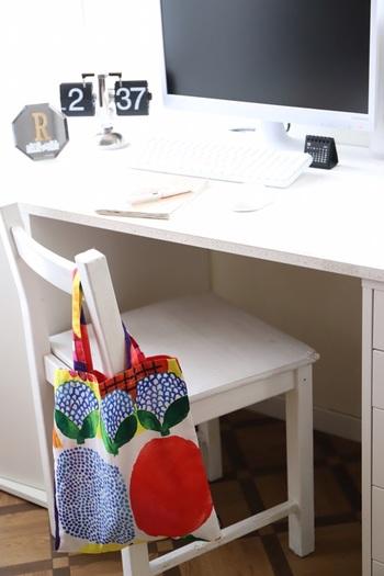 お部屋のアクセントになるような鮮やかなデザインのトートバッグも、収納アイテムとして取り入れましょう。イスにかけておけば、デスク周りで散らかりがちなものをさっと片付けることができます。書類を広げたり、パソコンで作業したりする時も簡単にキレイにすることができて便利です。