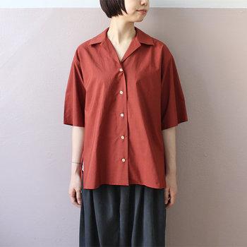 シンプルな「無地」のオープンカラーシャツ。元々メンズファッションのアイテムで幅広デザインのため、ボトムスアウトするとゆったりナチュラルな雰囲気に。夏のリラックスコーデによく馴染みます。