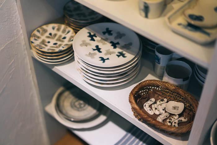かわいいイラストの器は食卓が子どもっぽくなりそうだからと、無地のプレートを集めているという方も多いのではないでしょうか?全ての器がカラフルなイラストだと、食卓がまとまらない印象になってしまいますよね。