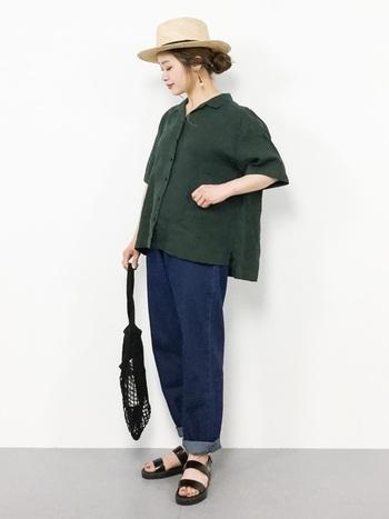オープンカラーシャツ×デニムパンツの王道の組み合わせはリラックス感たっぷり。カンカン帽とネットバッグで夏のムードを盛り上げています。
