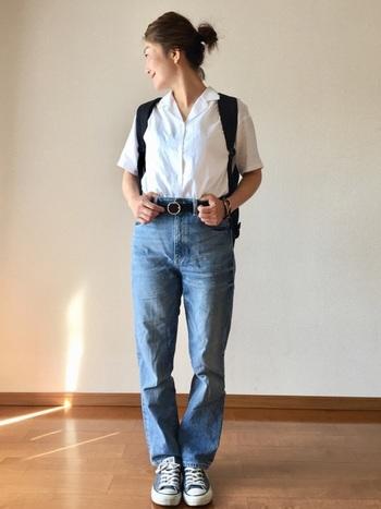 爽やかな白のオープンカラーシャツを、デニムにボトムインしたカジュアルコーデ。メンスライクなベルトをすることで、ノームコアな魅力が際立っています。