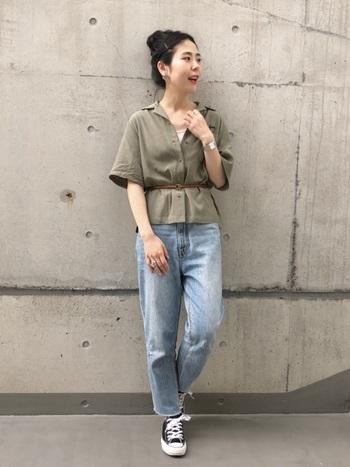 ワイドな身幅のオープンカラーシャツをベルトでウエストマークしてすっきりと。ユーズドデニム×スニーカーのボーイッシュな組み合わせの中に、ペプラムシルエットで女性らしい雰囲気が漂います。