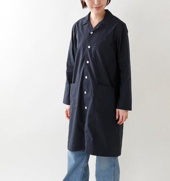 ロング丈のオープンカラーシャツは、一枚でワンピース風や羽織りものとしても着回せる万能アイテム。リラックス感のある襟元とたっぷりの生地が作る、アンニュイな雰囲気を存分に楽しんで。