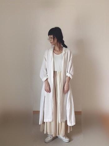 ロング丈のオープンカラーシャツ×ロングフレアースカートが織り成すたっぷりのドレープが印象的なスタイリング。ホワイト系のワントーンのグラデーションが、ナチュラルな気分を盛り上げます。