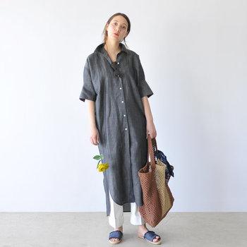 ロング丈のオープンカラーシャツは、パンツとレイヤードすることで洗練された印象に。アシンメトリーなヘムラインや立て襟の着こなし、ナチュラルな小物使いが大人リラックスムードを高めています。