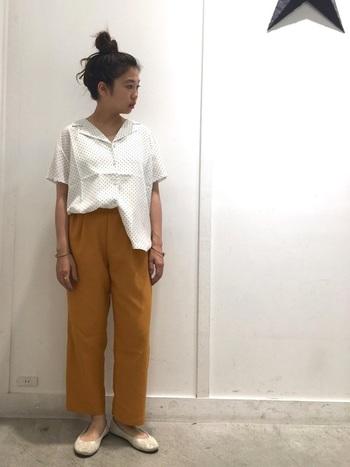 細かい水玉のオープンカラーシャツは、アシンメトリーにボトムスインすることで、ニュアンスのある着こなしに。ちらりと足首が覗くパンツ丈×フラットシューズが軽やかな足元を作ります。