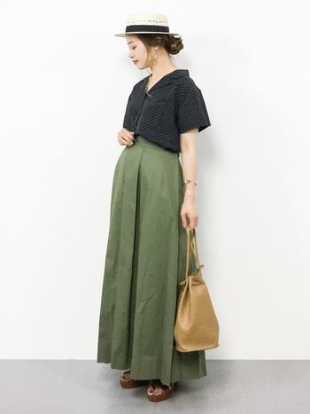 細かいドット柄のオープンカラーシャツとミリタリースカートを合わせた大人クールなスタイリング。シャツの幅広デザインは、ボトムスにインすることでスタイルアップ効果が狙えます。