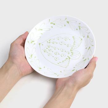 石原亮太さんが一枚一枚丁寧に描く魚のプレート。まるでお皿の上をのびのびと泳いでいるようなパン皿は、400年の歴史をもつ波佐見焼だからとっても丈夫。