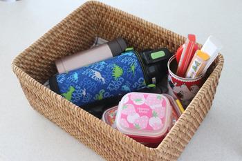 お弁当箱やタンブラーなど、毎日使うものをわざわざ引き出しや戸棚などに収納するのは面倒ですよね。そんな時はカゴに入れておく収納方法がオススメです。底に布巾を敷いておけば、洗って水気を切った後、ここで乾燥させることもできて便利です。