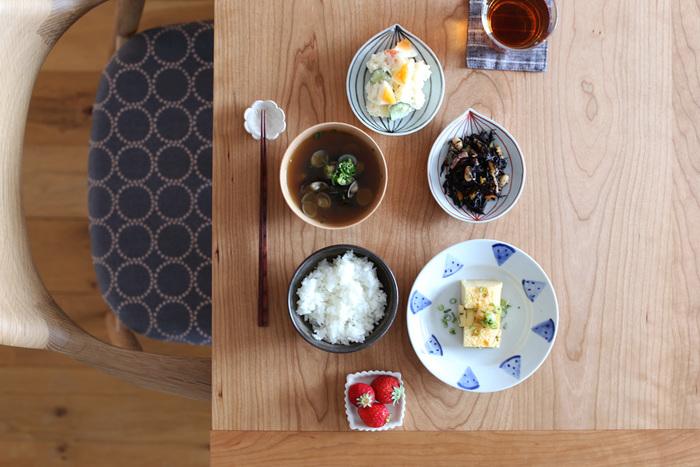 日下華子さんの九谷焼の器たちを並べた朝ごはん。かわいらしいスイカのイラストが、食卓を涼しげにしてくれます。もちろんデザートの時間にスイカをのせても◎
