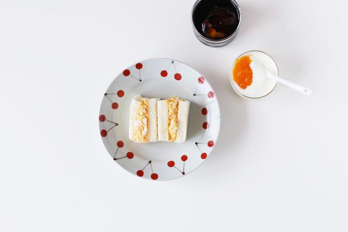 こちらも日下さんのかわいらしい器。フチがあるからアイスクリームやあんみつなんかにもぴったりです。さくらんぼの赤い模様が、シンプルなサンドイッチを可愛く引き立たせてくれていますね。