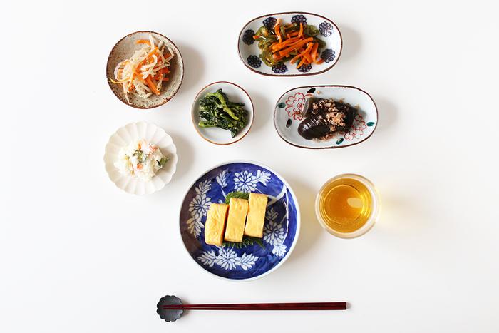 こちらは樋山真弓さんの染付菊というお皿に卵焼きをのせた食卓です。懐かしさも感じられる落ち着いたプレートには、丁寧に一枚一枚描かれた菊が見事に咲いていますね。