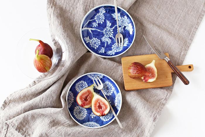 先ほどもご紹介した樋山真弓さんの菊のプレートの青色は、フルーツや野菜の彩りをより華やかにしてくれます。この青色は、呉須と言われる青藍色の顔料が使われているそう。