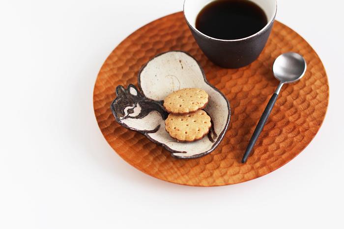 矢板緑さんのリス皿に焼き菓子をのせて、一杯のコーヒーがあれば見た目にも満足できるおやつタイムに。この器を主役に、カップやトレイも揃えたくなりますね。
