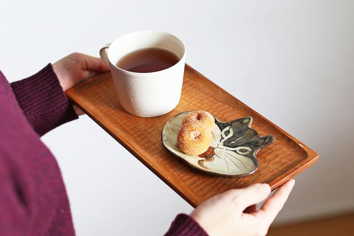 リスのほっぺにミニドーナッツをのせて。ちょっとした駄菓子でも、器が素敵だと絵になるのが嬉しいですね。「今日は誰にのせようかな」と器を選ぶ楽しみも、大切な自分の時間になりそう。