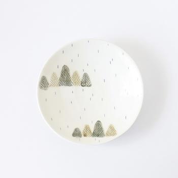 「雨降る森のお皿」という名前もイラストもとっても可愛らしい、KuSaFuNeさんの器。お手入れも楽チンなツヤっとしたお皿は、普段の食卓に並べたくなりますね。
