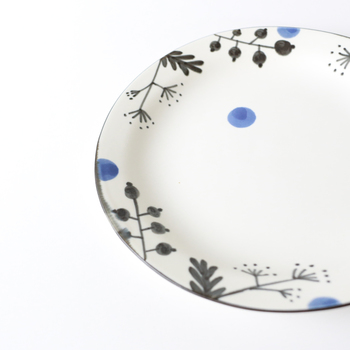 「天草陶石」という、他の作家さんはあまり使われないという素材を生かしてものづくりをしている木ユウコさんの作品たち。真っ白のキャンバスに絵の具でさらっと描いたようなイラストがとってもかわいい!