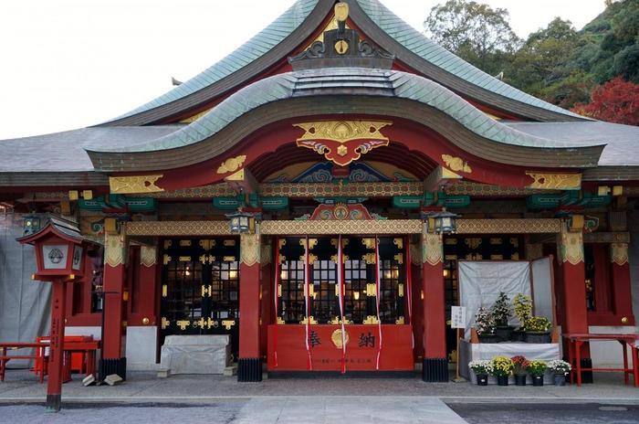 楼門をくぐった正面に佇むのが「御神楽殿」。祐徳稲荷神社を訪れたら、まずは「御神楽殿」を参拝しましょう!極彩色で彩られた総漆塗りの御神楽殿は、荘厳かつ雅な雰囲気が漂っています。