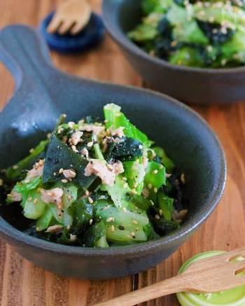 包丁もまな板も使わない、5分で作れる簡単サラダのレシピ。わかめはキャベツと一緒に湯かけすることで、生野菜とはまた違った食感を楽しむことができます。
