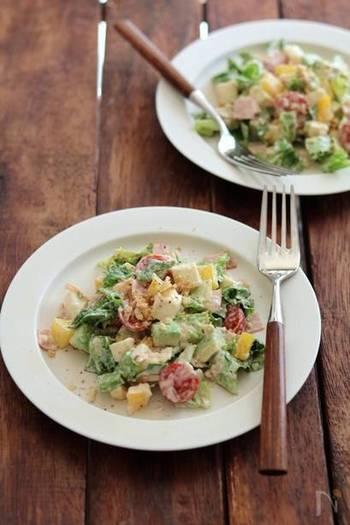 オーロラソースが決め手な、さまざまな野菜を使ったチョップドサラダのレシピ。複数の野菜を使った方が彩り良く仕上がり、週末の食材整理にもお役立ちのサラダです。