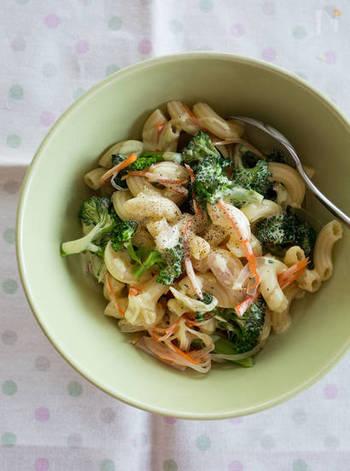 お子さんにも人気のマカロニサラダを、カレーマヨでアレンジ!野菜が苦手でも、カレー風味が気に入って食べてくれるかも?