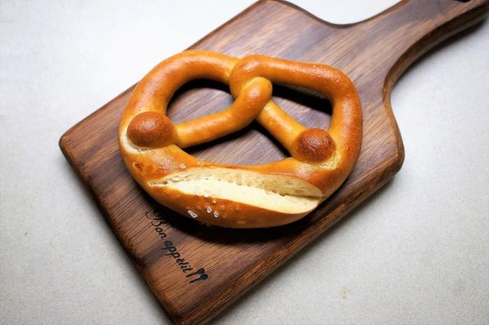 ドイツといえば岩塩が効いたプレッツェル。そのほかにもハムやチーズと相性抜群のライ麦が70%のプンパニッケルやしっかりした皮が印象的なドイツのコッペパンなどがテイクアウトできます。お土産にもご自宅用にもオススメです。