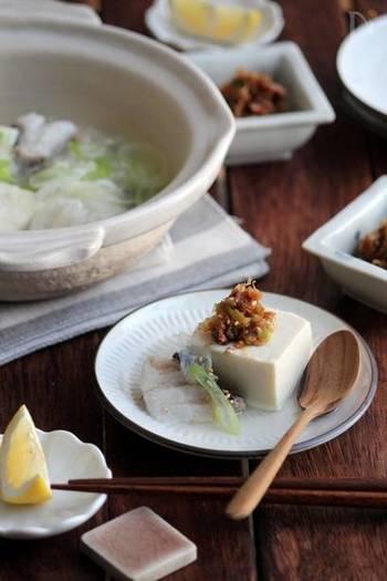 鱈の旬は冬。鱈ちりのお鍋を囲んでの団らんを思い浮かべる方も多いのでは。 小さな土鍋を囲む少人数の晩ごはんに。あっさりしがちな湯豆腐に鱈を加え、ごま油でコクを添えています。