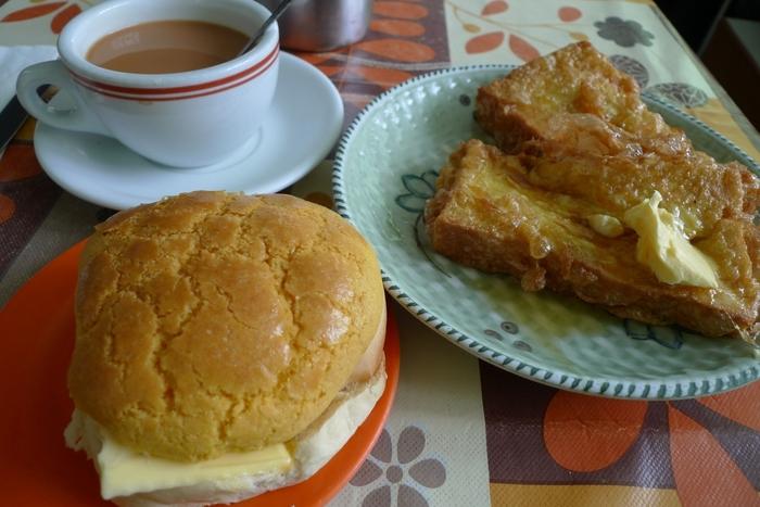 こちらで有名なメニューは「西多士(フレンチトースト)」。こんがりとキツネ色に仕上げられ、食欲をそそります。香港式喫茶店では定番のパイナップルパン(写真左下)もおすすめ。