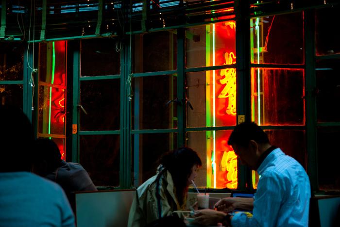夜になれば、外の看板に灯りがともります。店内はまるで香港映画のワンシーンのよう。