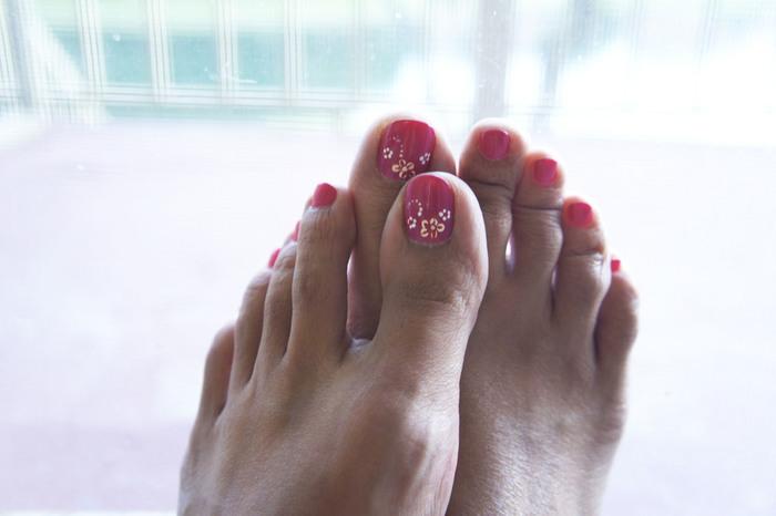 ビビットなピンクのネイルは足元を若々しく元気に見せてくれます。親指だけホワイトでペインティングする事で大人の遊び心をプラス。夏の服を選ばずコーディネートしやすいワクワクするデザインです。
