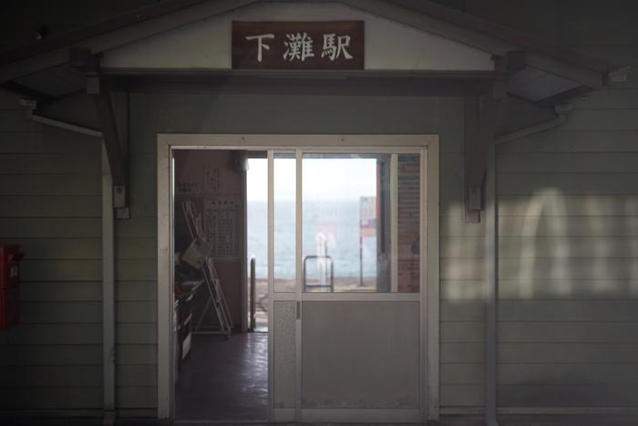 下灘駅の駅舎の様子です。ノスタルジックな雰囲気にたっぷり浸ってください。