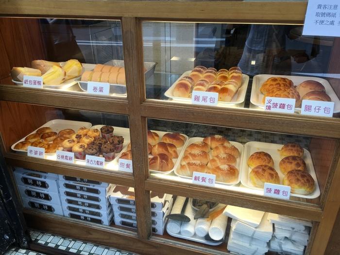 店先には、定番のパイナップルパンやマフィンがずらり。商品名の漢字から、どんなパンだろう…と想像するのも楽しいですね。