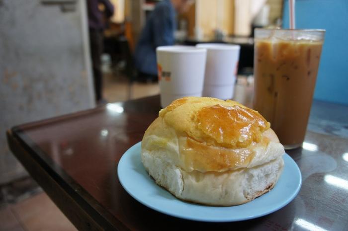 こちらのパンは、とにかく美味しいと評判。ぜひ、香港式ミルクティーと一緒にどうぞ。甘いお茶は、たくさん歩く香港観光に欠かせません。