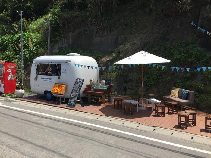 2017年の春にオープンした下灘駅の向かいのスペースにあるカフェ。営業日は土・日・祝。平日は不定期営業になるそうです。ガーランドの飾られたカフェスペースはインスタ映えスポットとしても人気です。