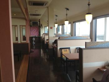 下灘駅から約1.7kmのこちらのお店では、海を眺めながらゆっくりと食事を楽しめます。