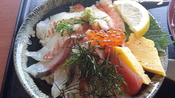 これでもか!と言わんばかりにたっぷりと魚介が乗った海鮮丼もおすすめです。海鮮丼には珍しくサザエのお刺身も入っています。