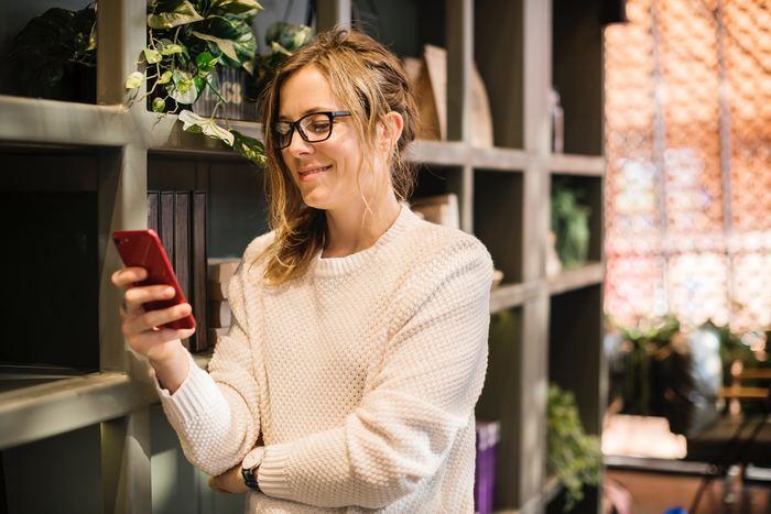 携帯電話費用もプランによっては毎月金額が変動する費用です。前述の自宅にひいたWi-Fi環境の通信費との組み合わせによって、携帯電話費用がお得になるプランもあります。また、格安スマホもかなりお安くなります。携帯電話費用の見直しは店頭のショップに行くと簡単にできますのでこまめにチェックしましょう。
