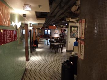タイル貼りの床や柱が、どこかノスタルジックな雰囲気を演出しています。ローカルばかりの店に行くのは緊張する…という方も、行き慣れたスターバックスなら安心です。