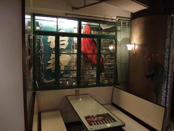 冰室の定番、ボックス席もあります。少し暗めの照明が、どことなく香港らしい空間です。