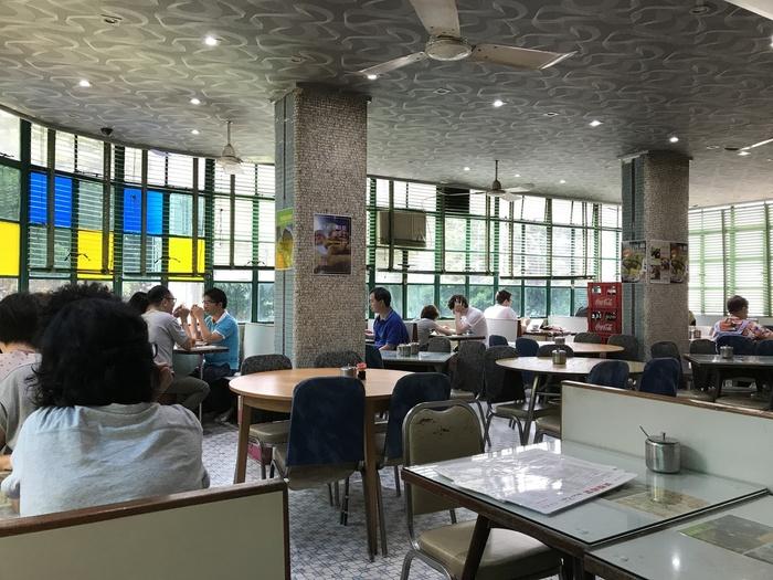 カラフルなガラスに彩られた2階席。ローカルや観光客が、思い思いの時間を過ごします。