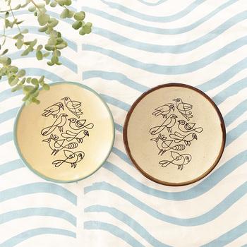 日本の益子焼陶器市の100回目記念のために、LISA LARSON(リサ・ラーソン)が作ったのがこちらの益子皿。様々な種類の鳥たちを一筆書きのような風合いで描かれています。