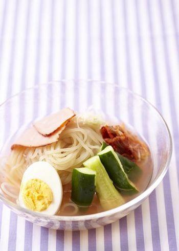 夏バテ美味の時にさっぱり食べられる「冷麺」。冷たいこんにゃく麺のコシと酸味のあるスープが絶妙で、疲れた体にピッタリのメニュー。スープにはお酢が入っているので疲労回復の効果も♪辛さが欲しい人はキムチを足してもいいですね。