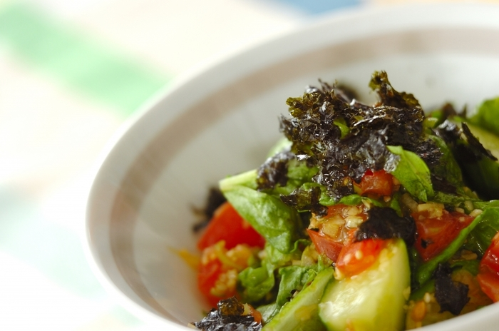 キュウリやトマトといった夏野菜を切ってタレで和えるだけの簡単「チョレギサラダ」。韓国料理に沿える副菜にどうぞ。ゴマ油と韓国のりの香りが食欲をそそります。